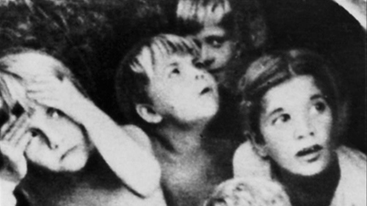 Niños durante un bombardeoen Stalingrado, en una imagen del libro de Jochen Hellbeck.