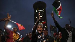 Simpatizantes del presidente en funciones Uhuru Kenyatta celebran este viernesen Nairobi su victoria en las elecciones celebradas el pasado martes.