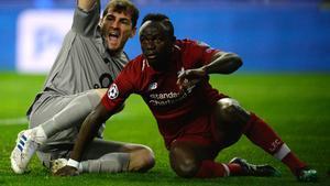 Casillas (i) reclama fuera de juego en el gol de Mané para el Liverpool.