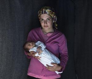 Una dona kurda, amb la seva filla, nascuda a l'abril en Idomeni.
