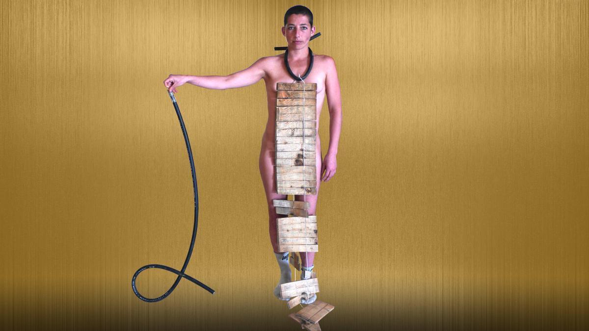 Eli Cohen con algunos objetos utilizados como muletas por los bailarines en 'Orthopedica corporatio', la nueva creación de Marina Mascarell que inaugura la temporada 2021-22 del Mercat de les Flors.