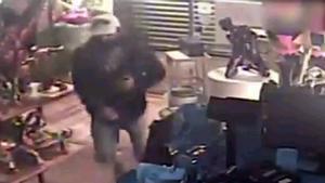 Ingresa en prisión un ladrón detenido tras caer del falso techo por donde había entrado a robar en una pastelería