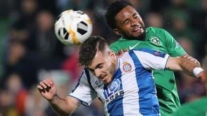 Campuzano cabecea el balón defendido por Cicinho.