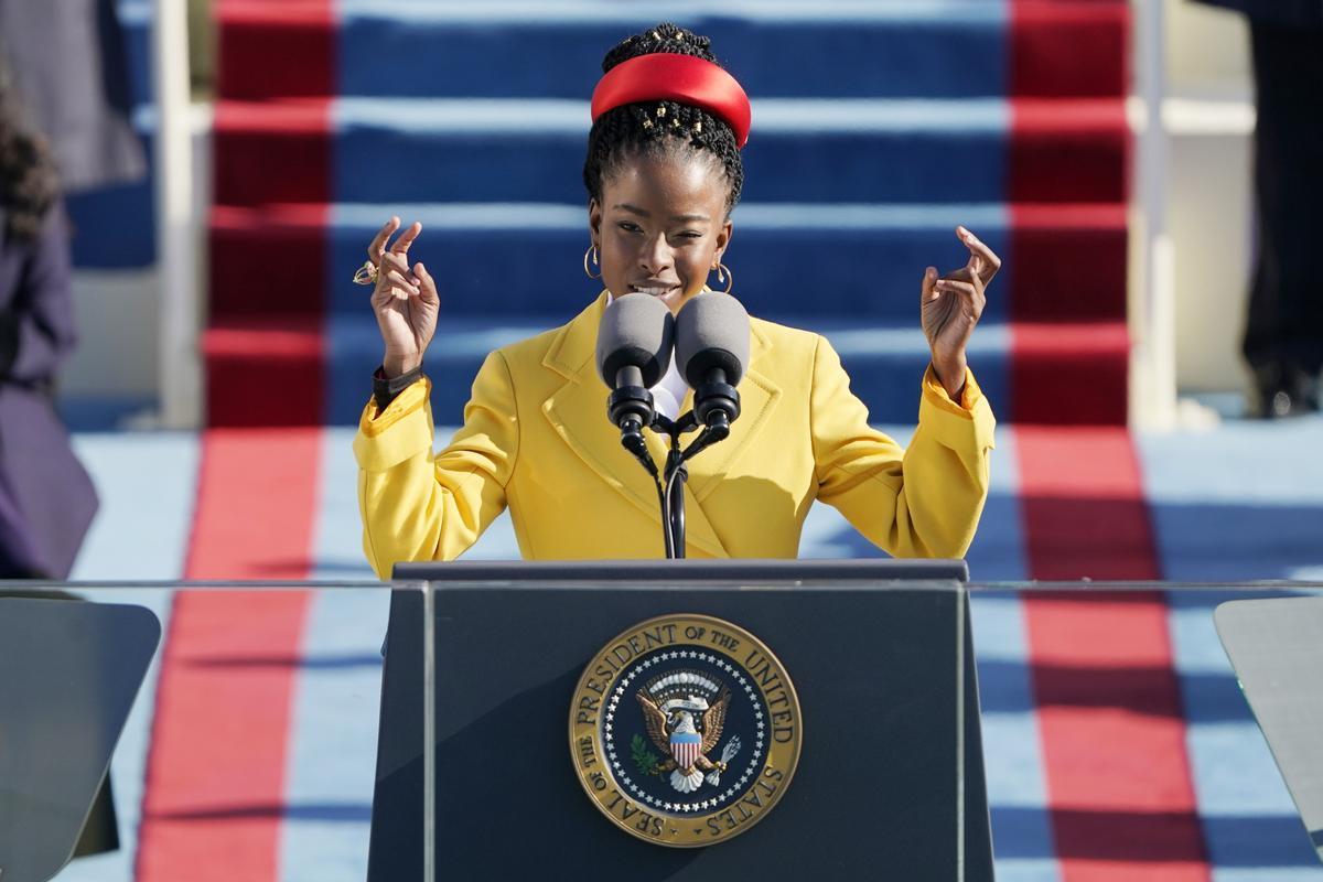 La joven poetisa Amanda Gorman recita sus versos durante la ceremonia de investidura de Joe Biden.