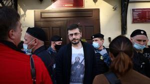 Un hombre en la salida de la sala del Tribunal por el juicio a cuatro periodistas de la revista universitaria DOXA.
