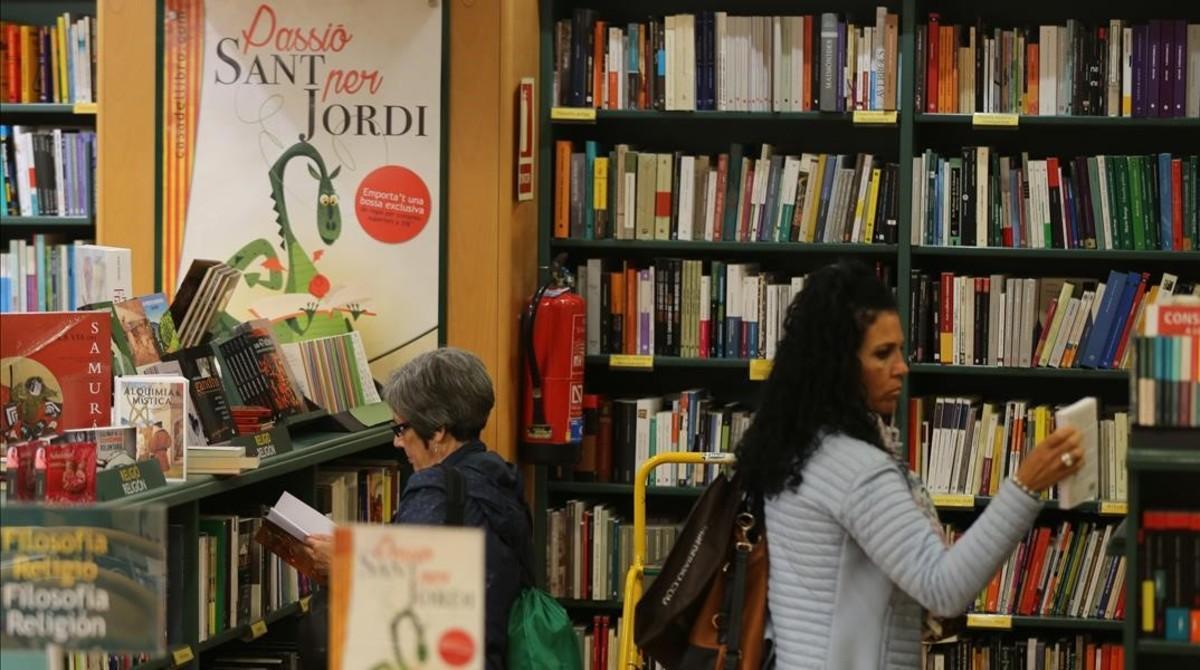 Compradores en la Casa del Libro, en el paseo de Gràcia.