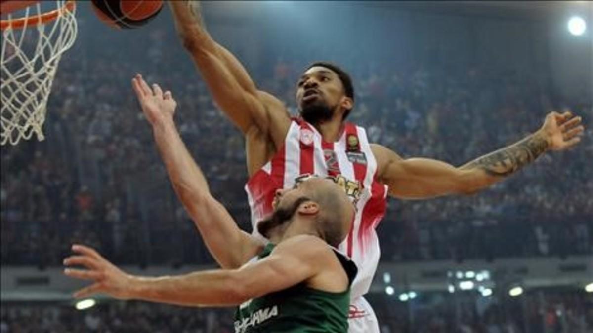 Khem Birch (Olympiacos) y Nick Calathes (Panathinaikos) pugnan por un rebote.