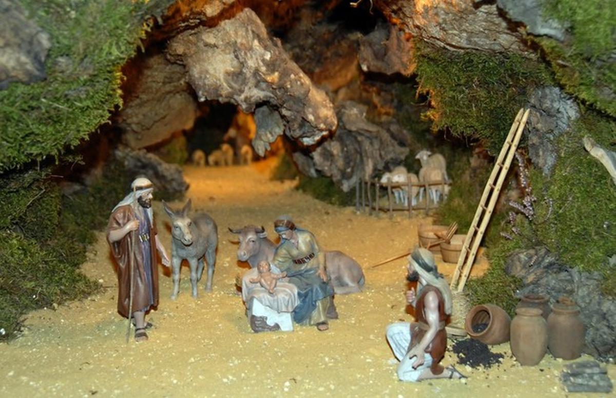 El belén navideño de la localidad burgalesa de Renuncio, con el buey y la mula.