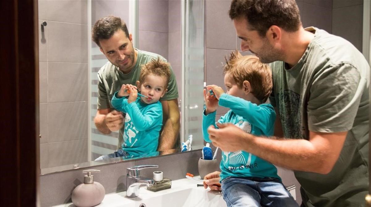 La implicació masculina en la criança augmenta, tot i l'escàs suport legal