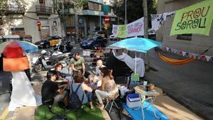 Vecinos de la calle de Independència ocuparon uno de los chaflanes con la calle de Aragón durante el Park(ing) Day