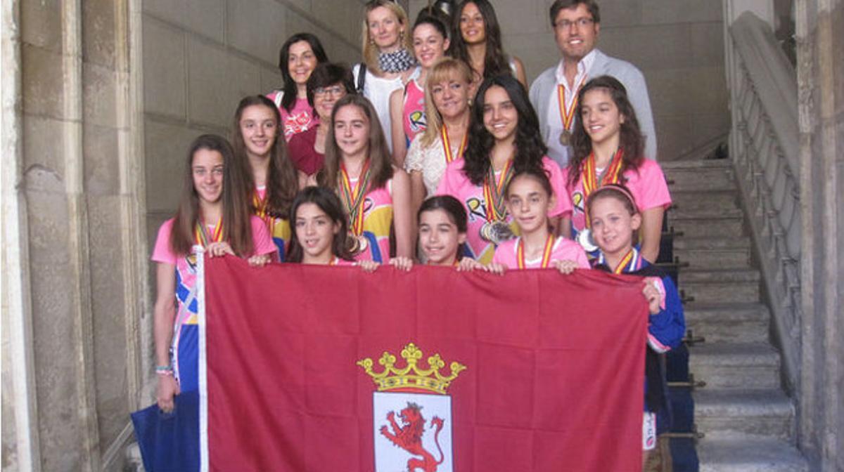 Isabel Carrasco recibe a las gimnastas del Club Ritmo (julio 2013).