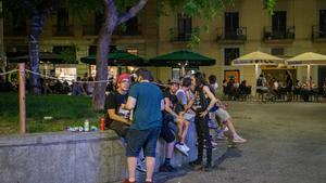 Varios jóvenes beben alcohol en la plaza de Castella, de Barcelona, el pasado 23 de julio.
