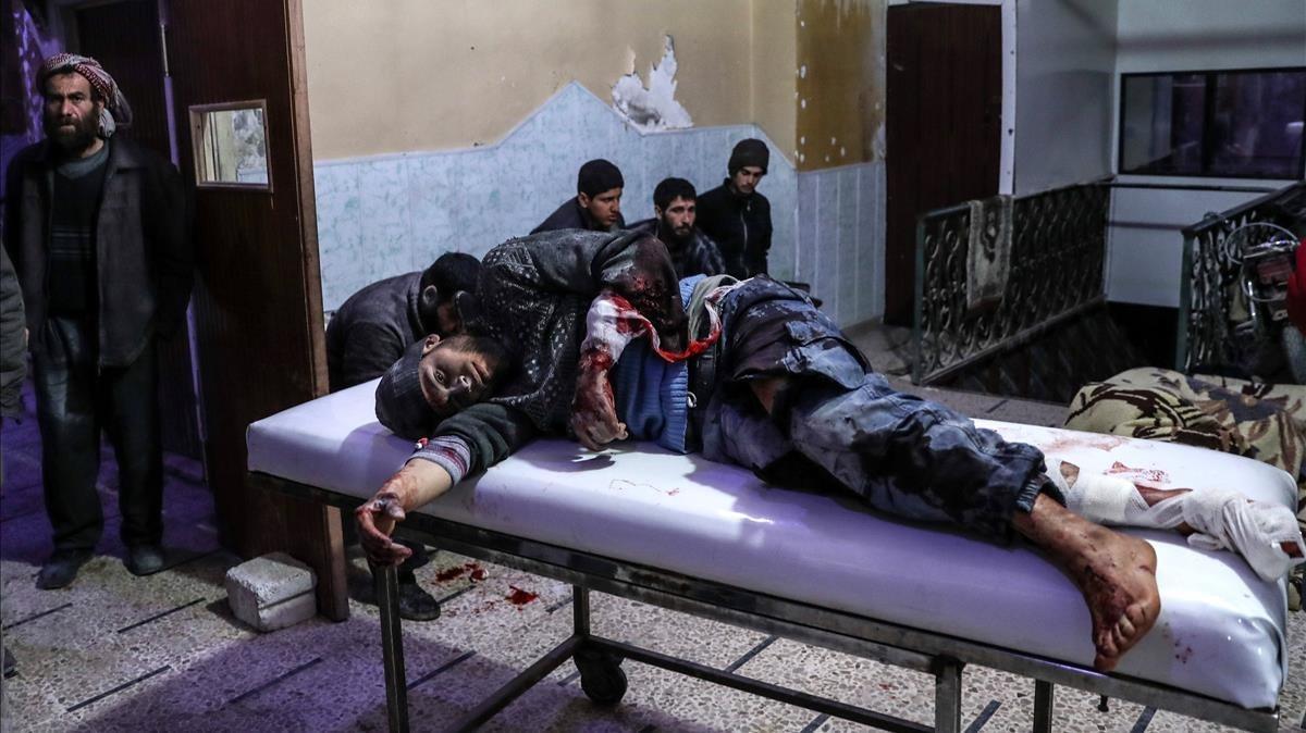Un herido en un bombardeo en Guta es atendido en un hospital de Duma.