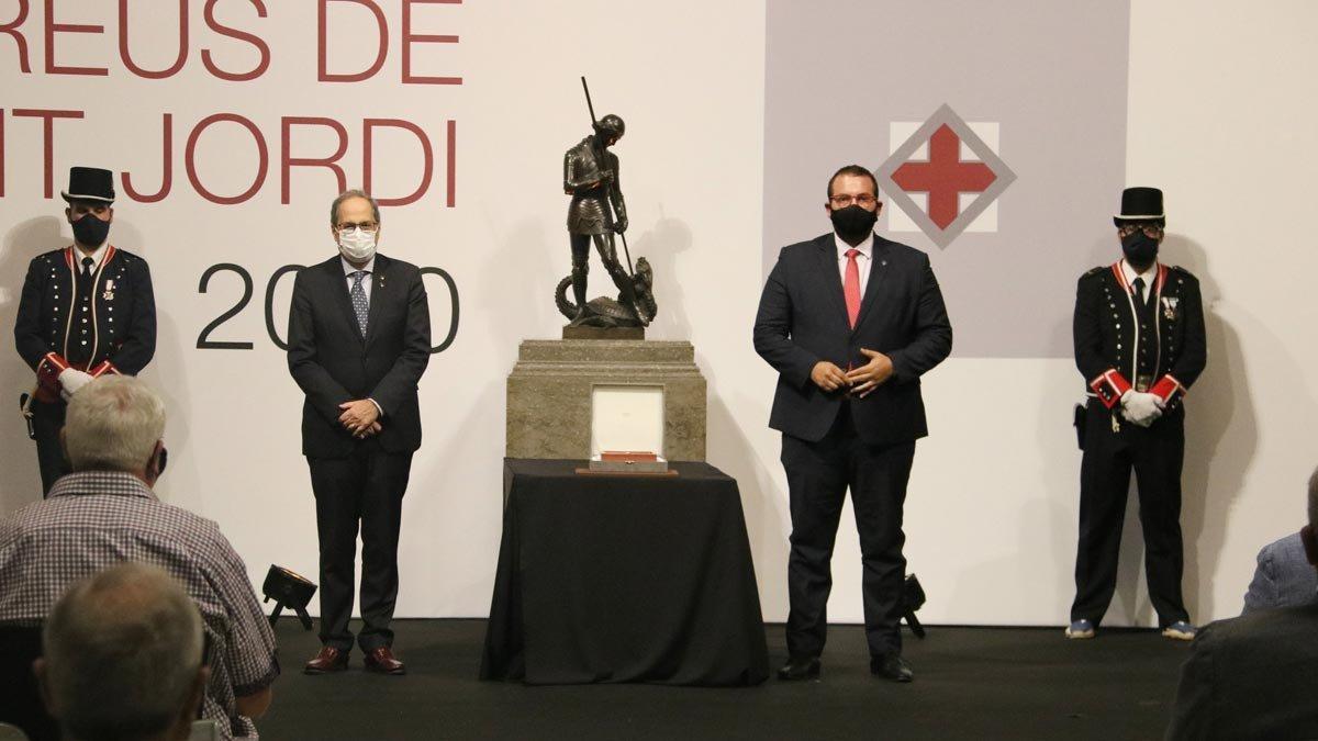 El alcalde David Bote ayer recogiendo en nombre de la Fundació Hospital la Creu de Sant Jordi, con el presidente Quim Torra