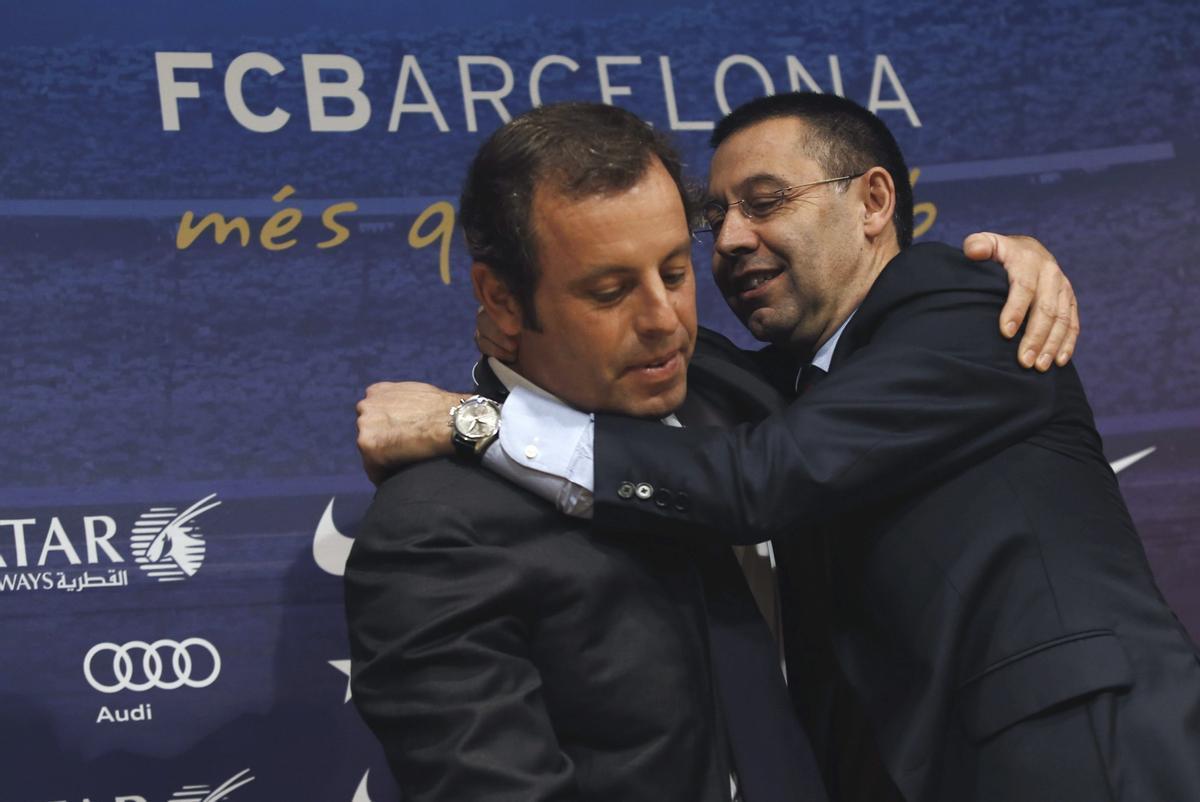 Sandro Rosell y Josep María Bartomeu se abrazan tras una asamblea.