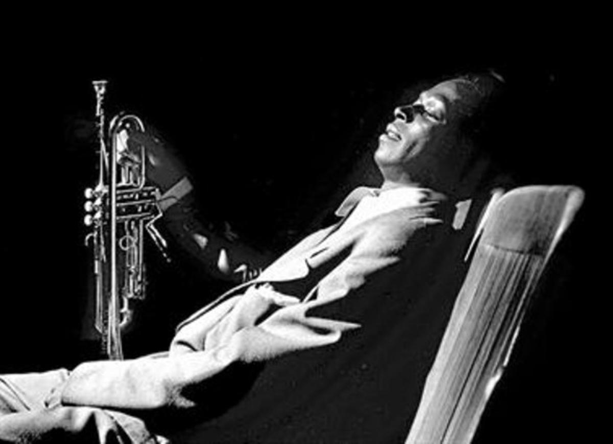 Miles Davis, junto a su inseparable trompeta, en una imagen de 1950.