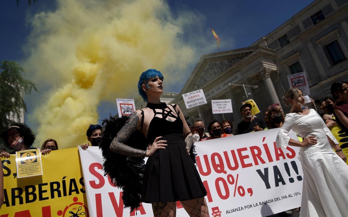 Protesta del sector de peluquería y estética en el Congreso de los Diputados.