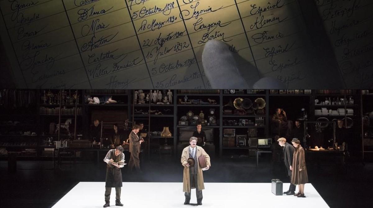El actor Sava Lolov (Benjamin) en el momento de la llegada al Hodel de Francia,en la ópera 'Benjamin,dernière nuit',de Michel Tabachnik.