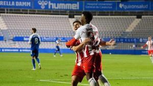 Los jugadores del Almería celebran el gol de la victoria ante el Sabadell.