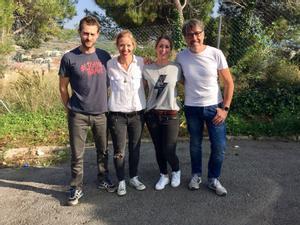 El actor Peter Vives, izquierda, junto a Lara, Esthery Oriol, creadores del Chas Car.