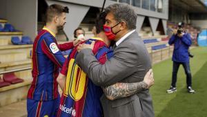 Laporta se abraza a Messi antes de la foto oficial con la plantilla en la ciudad deportiva de Sant Joan Despí.