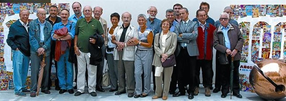 UNA GRAN FAMILIA. Entre los que ayer celebraron los 100 años de Bruguera había dibujantes, guionistas y familiares de algunos ya fallecidos. De izquierda a derecha, Enrich, Jordi Bayona, Joso, Alfons López, Toni Guiral, Rafael Cortiella, Francisco Ibáñez, Natalia Darnís, Jordi Macabich, Sílvia Darnís, Jan, Montserrat Escobar, Carles Escobar, Manolo Vázquez, Joan Bruguera (bisnieto del fundador), Jaume Rovira, J.C. Ramis, Carrillo y Ricard Ferrándiz.