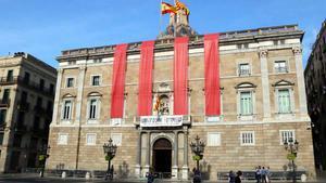 La Generalitat penja per encàrrec de Torra quatre barres vermelles a la seva façana per l'1-O