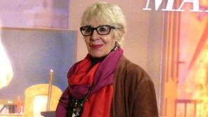 Concha Velasco, frente al cartel de 'La habitación de María' en el Teatro Goya.