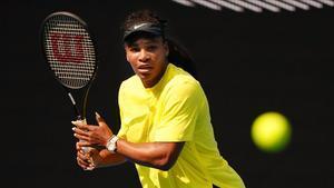 Serena Williams se entrena en Melbourne Park.