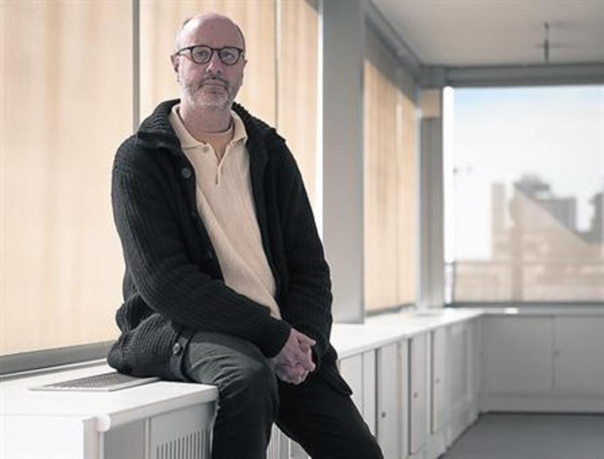 Excesivo 8 El escritor Rodrigo Fresán, ayer en la sede de Penguin Random House, en Barcelona.