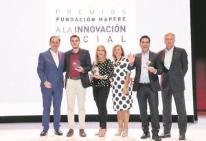 Antonio Huertas, presidente de Fundación Mapfre; Cristina Gallach, Alta Comisionada para la Agenda 2030 del Gobierno de España; Ignacio Baeza, vicepresidente de Fundación Mapfre y los ganadores de la segunda edición.