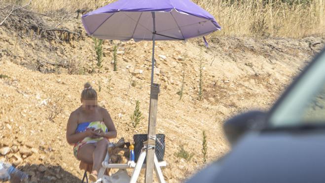 Una mujer ofrece servicios sexuales a los conductores de la N-II este jueves, en Maçanet de la Selva.
