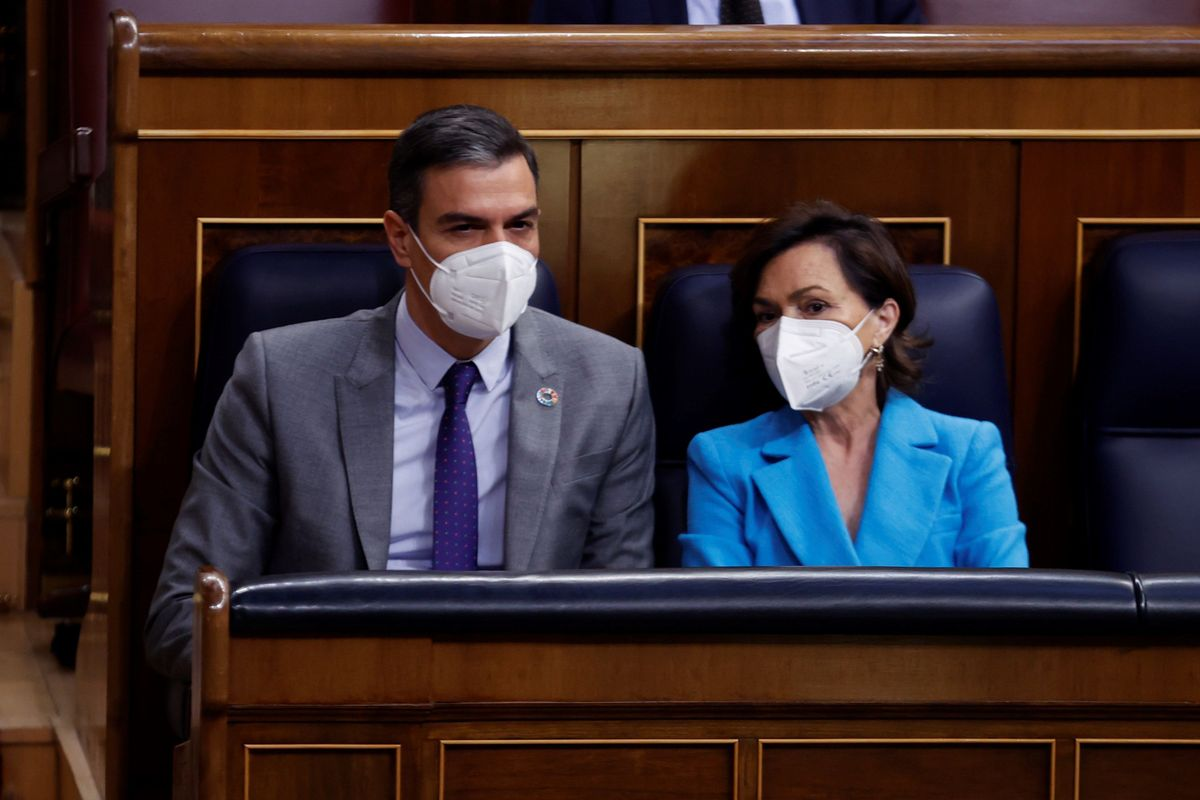 El presidente del Gobierno, Pedro Sánchez, y la vicepresidenta primera, Carmen Calvo, el pasado 13 de mayo en la sesión de control al Ejecutivo en el Congreso.