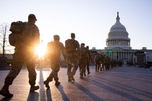 Una columna de miembros de la Guardia Nacional se dirige al edificio del Capitolio en Washington.