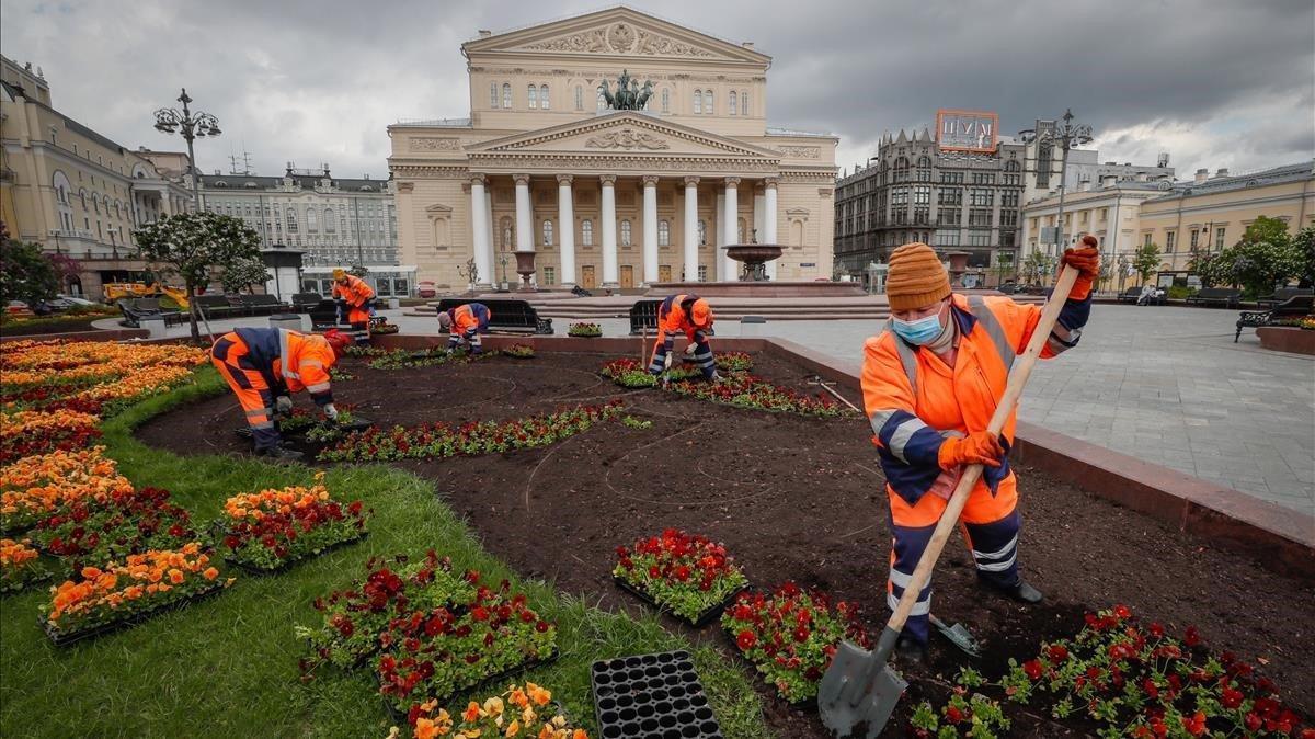 Trabajadores municipales trabajan en un calle en el centro de Moscú
