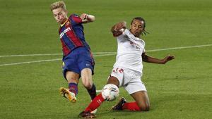 Frenkie de Jong remata ante la oposición de Jules Koundé en el Barça-Sevilla del Camp Nou.