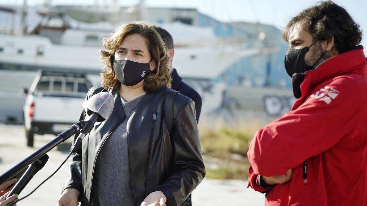 La alcaldesa de Barcelona, Ada Colau, y el fundador de Open Arms, Òscar Camps, este miércoles, en Barcelona.