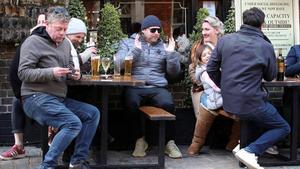 Gente en una terraza de Londres, sin mascarillas, la semana pasada.
