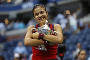 Raducanu se abraza al trofeo que la reconoce como campeona del Open de EEUU