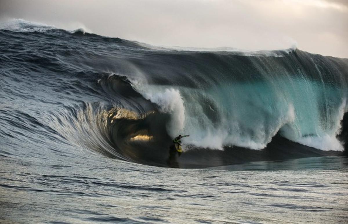 Un surfista coge una ola enorme en el sur-oeste de Australia.