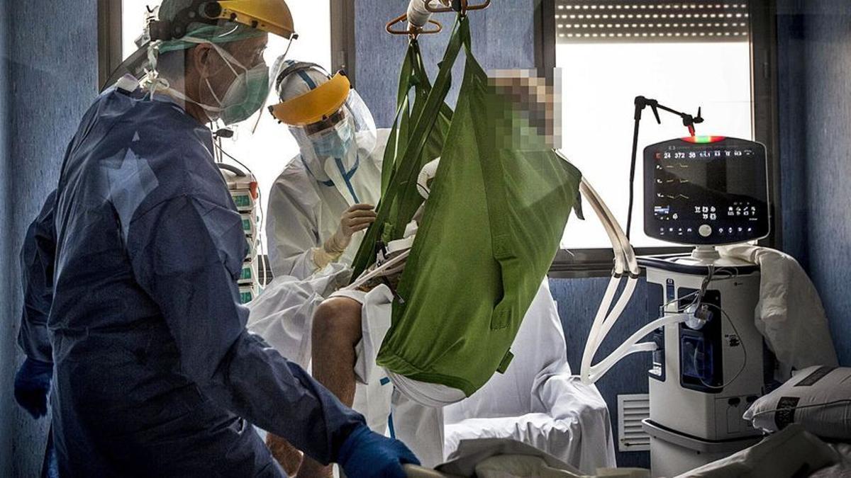 Personal sanitario atendiendo a un paciente de covid-19.