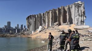 Un equipo de socorristas este viernes en la zona del puerto de Beirut donde se produjo las explosiones.