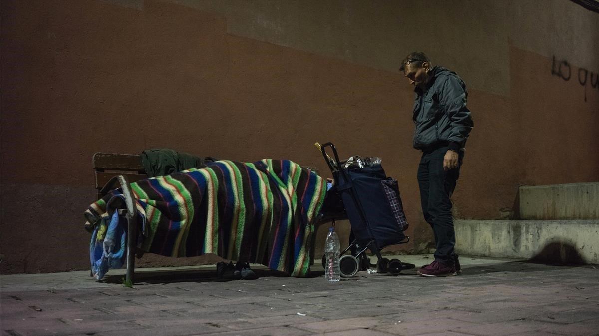 Julio y Orazio de la entidad ActuaVallès hacen una ruta nocturna visitando a las personas sin techo de Sabadell.