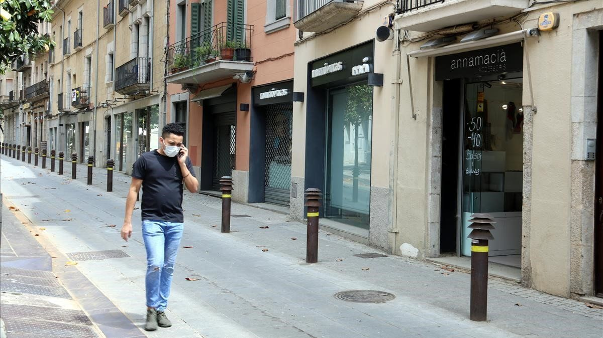 La calle de Santa Clara de Girona, con todos los comercios cerrados.