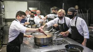 Carles Gaig, con su equipo en la cocina de Petit Comitè.