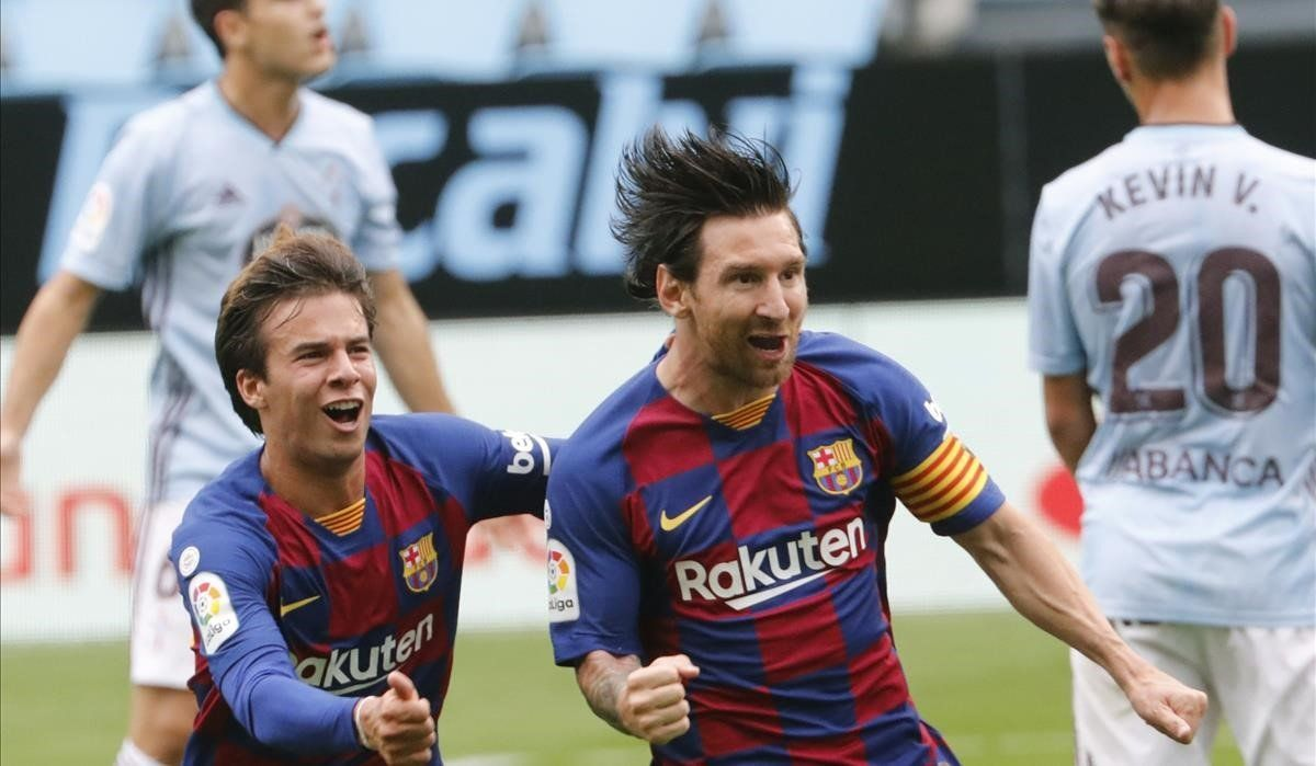 Messi y Riqui Puig celebran el gol de Luis Suárez en Balaídos.