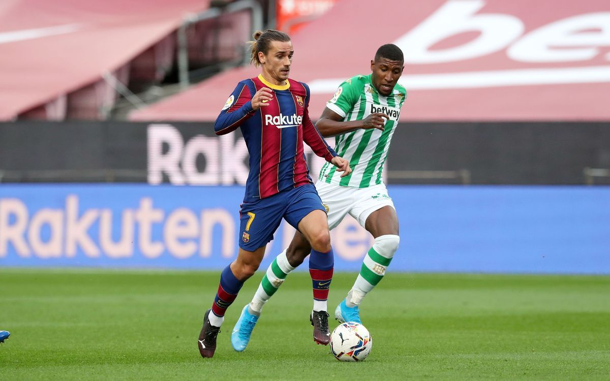 Emerson persigue a Griezmann en el Barça-Betis disputado en el Camp Nou.
