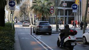 Diagonal con Rambla Catalunya, este miércoles por la mañana. Son muchos los que siguen recto para poder bajar por paseo de Gràcia