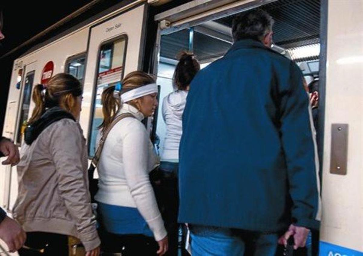 Dos jóvenes siguen a una turista, ya en el vagón, e intentan robar en su bolso en Jaume I, en abril del 2010.