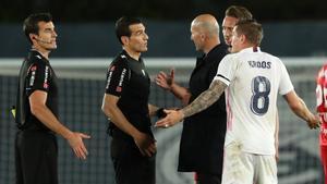 Kroos y Zidane se dirigen al árbitro Martínez Munuera después del polémico encuentro del domingo entre el Madrid y el Sevilla que acabó 2-2.
